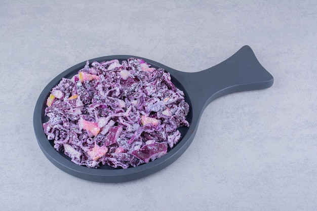 Sałatka jarzynowa z fioletową siekaną kapustą i cebulą