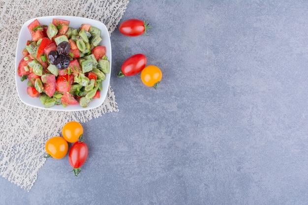 Sałatka jarzynowa z pomidorami i zieloną fasolką w naczyniu