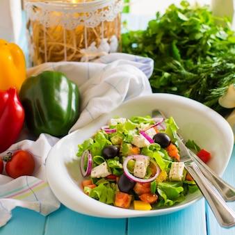 Sałatka jarzynowa z pomidorem, sałatą, czerwoną cebulą, papryką, oliwką i serem