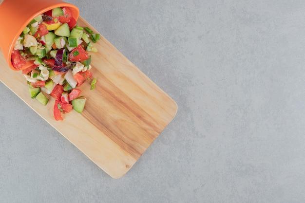 Sałatka jarzynowa z posiekanymi pomidorami i ogórkami