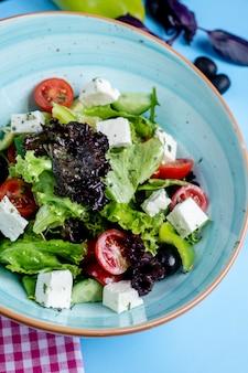 Sałatka jarzynowa z zielenią i białym serem