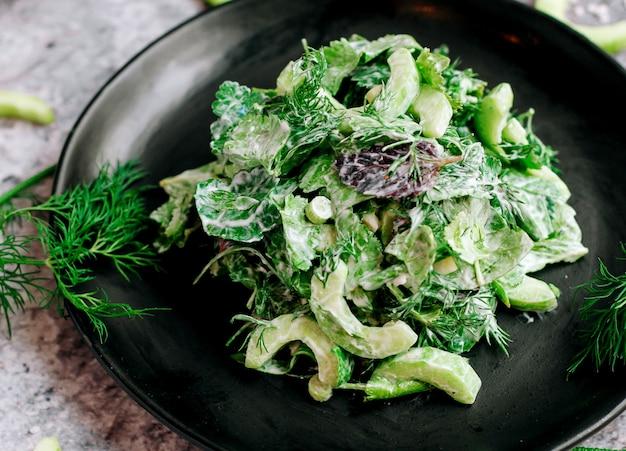 Sałatka jarzynowa z ziołami i majonezem