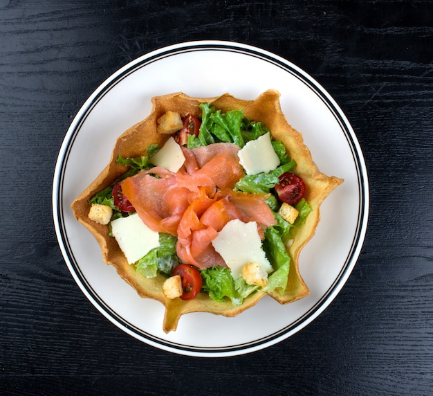 Sałatka jarzynowa zwieńczona wędzonym łososiem i serem