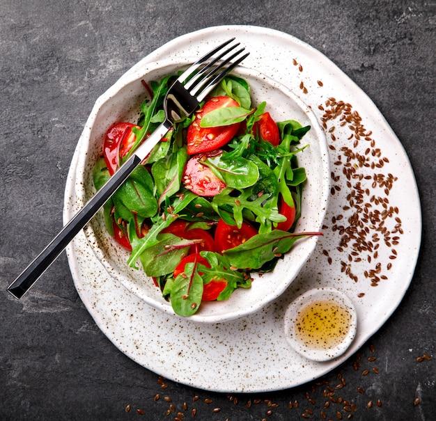 Sałatka letnia ze świeżych warzyw. jedzenie na imprezę.