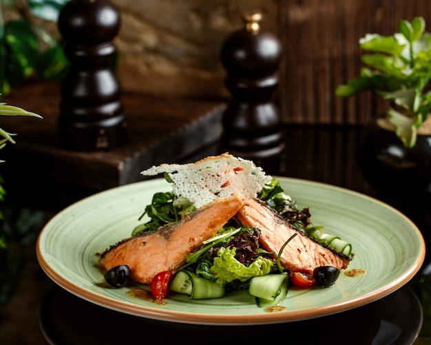 Sałatka łososiowa z ogórkiem, pomidorem wiśniowym, sałatą i oliwką