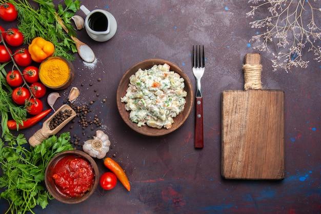 Sałatka majonezowa z widokiem z góry z zieleniną i warzywami na ciemnym miejscu