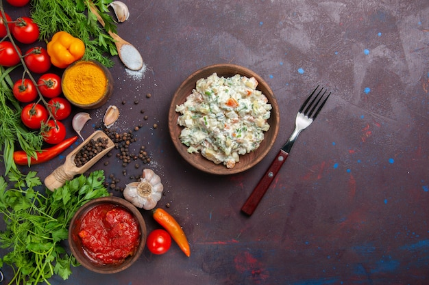 Sałatka majonezowa z widokiem z góry ze świeżymi warzywami i zieleniną na ciemnej przestrzeni