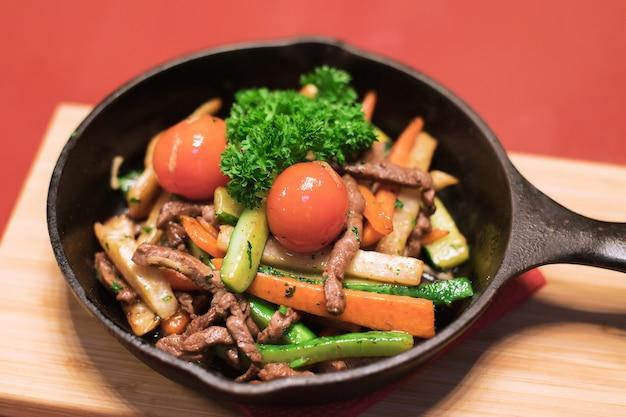 Sałatka mięsna z pomidorami, sałatą i marchewką