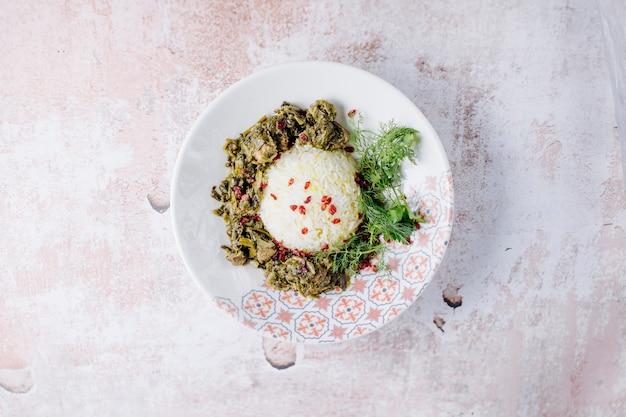 Sałatka mieszana z dodatkami ryżowymi i ziołami.