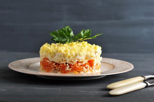 Sałatka mimosa z rybami, marchewką i jajkami