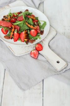 Sałatka na białym stole