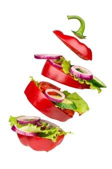 Sałatka na białym tle w biało - czerwone pomidory, papryka, ogórek, widok z góry.