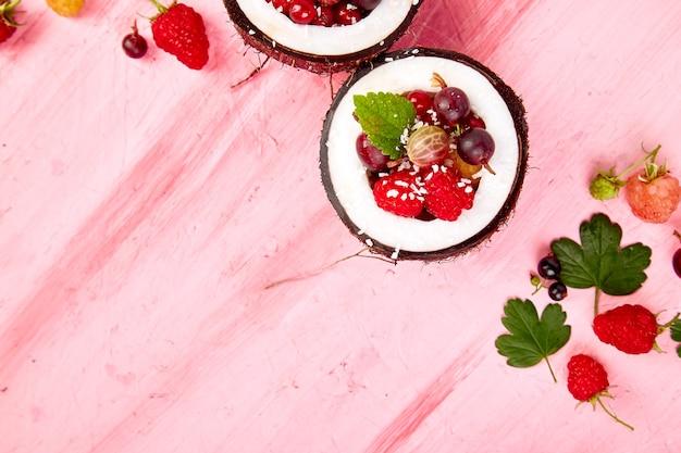 Sałatka owocowa agrus, agrest, malina w kokosie