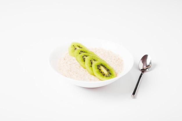 Sałatka owocowa na białym tle.