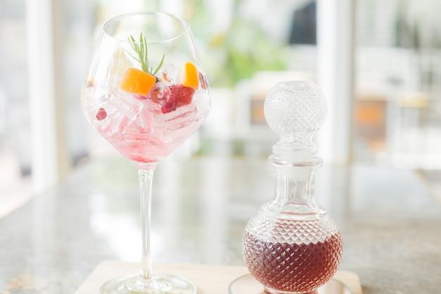 Sałatka owocowa świeży napój woda w szklanej bitwie i owoce i lód w szklance