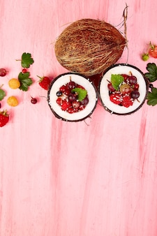 Sałatka owocowa w misce z łupin orzecha kokosowego