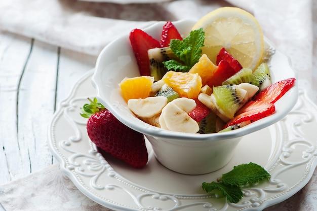 Sałatka owocowa w pięknej białej misce