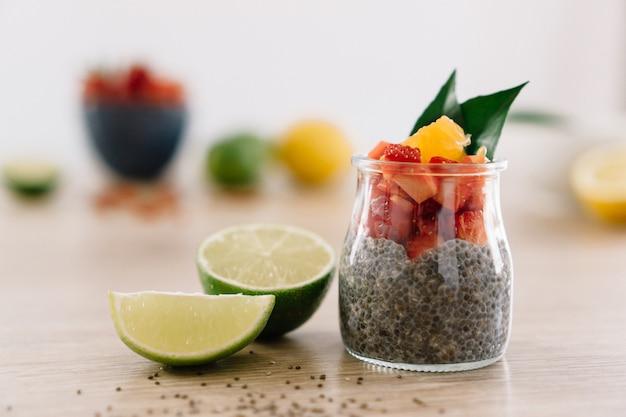Sałatka owocowa w szklanym słoju z cytryną