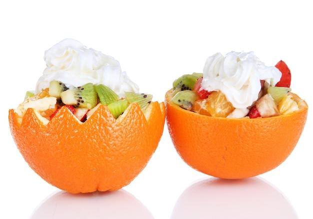 Sałatka owocowa w wydrążonej pomarańczy na białym tle