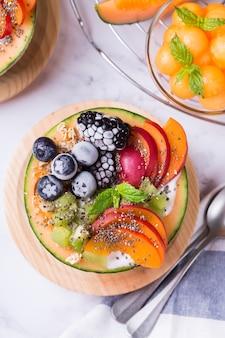 Sałatka owocowa z jogurtem w rzeźbionej misce kantalupa z melona