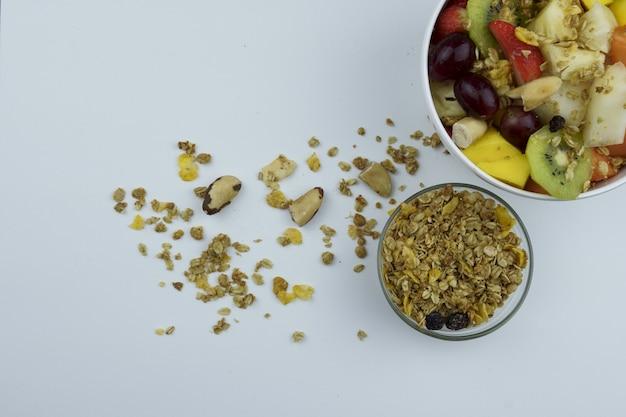 Sałatka owocowa z kasztanami i muesli w misce