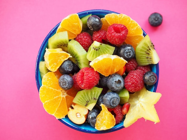 Sałatka owocowa z kiwi, malinami, pomarańczami, jagodami