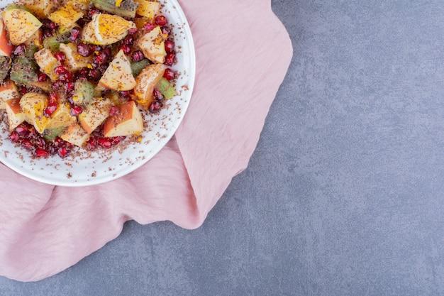 Sałatka owocowa z posiekanymi i mielonymi owocami i przyprawami