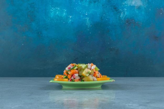 Sałatka owocowa z posiekanymi i pokrojonymi kiwiami, mandarynką i pomarańczami.