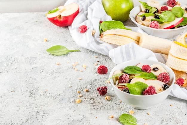 Sałatka owocowa ze szpinakiem i muesli