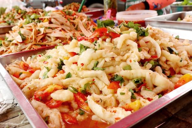 Sałatka pikantna przy ulicznym jedzeniu