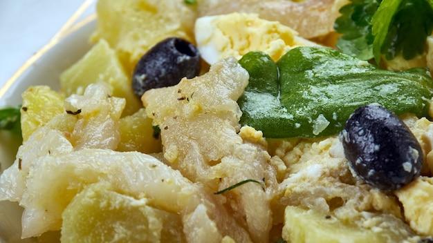 Sałatka po malaga, hiszpańska sałatka ze świeżych ziemniaków z solonym dorszem,