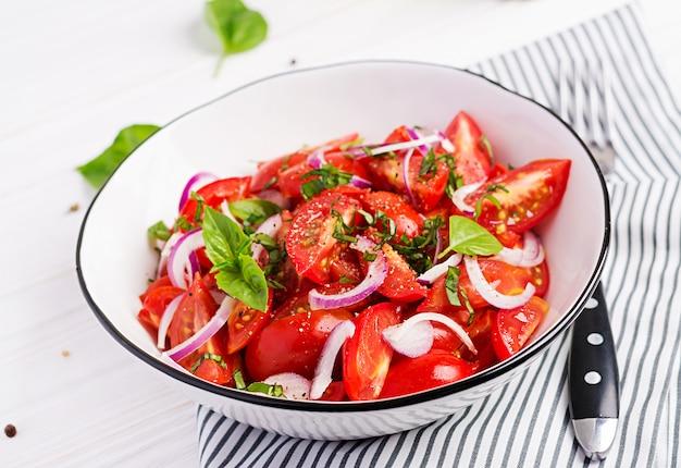 Sałatka pomidorowa z bazylią i czerwoną cebulą