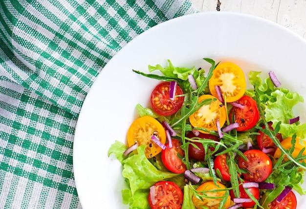 Sałatka pomidorowa z sałatą, rukolą i cebulą