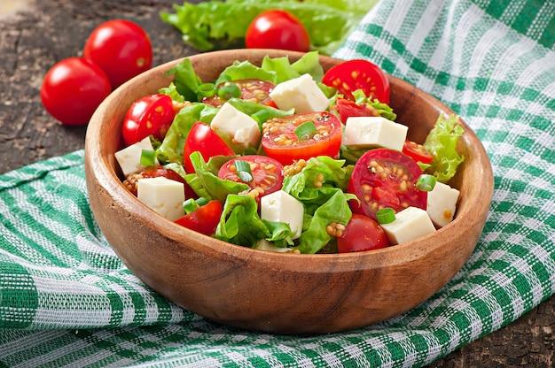 Sałatka pomidorowa z sałatą, serem i musztardą oraz sosem czosnkowym