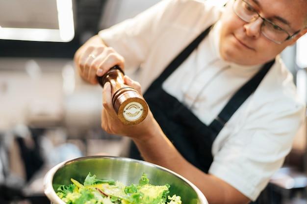 Sałatka przyprawowa szefa kuchni męskiej