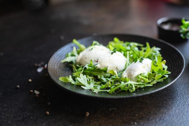Sałatka quenelle ser śmietankowy liście sałaty zielonej płatki cuenelle mix trend keto lub dieta paleo wegetariańska