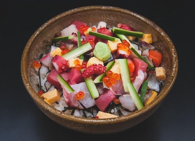 Sałatka sashimi z ryżem