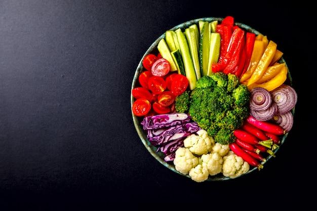 Sałatka. surowe mieszane warzywa. wegetariańska miska buddy.