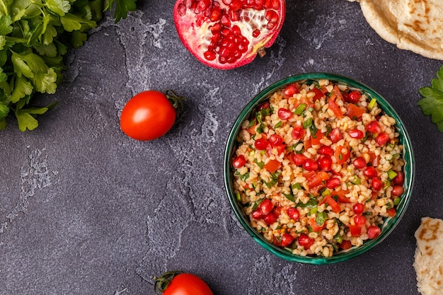 Sałatka tabbouleh, tradycyjne danie bliskowschodnie lub arabskie.
