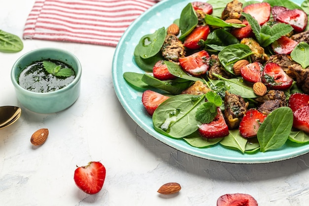 Sałatka truskawkowa z wątróbką drobiową, szpinakiem, migdałami i miętą. obiad diety ketogenicznej, obiad keto paleo