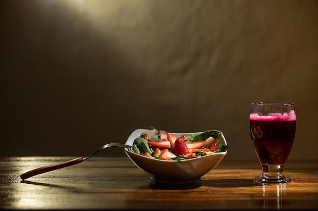 Sałatka truskawkowo-szpinakowa z sokiem buraczanym
