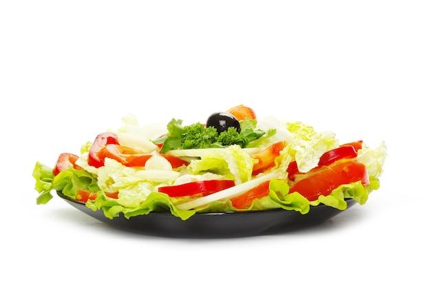 Sałatka w talerzu na białym tle
