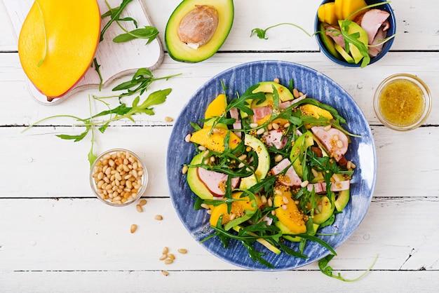 Sałatka wakacyjna z wędzonym kurczakiem, mango, awokado i rukolą
