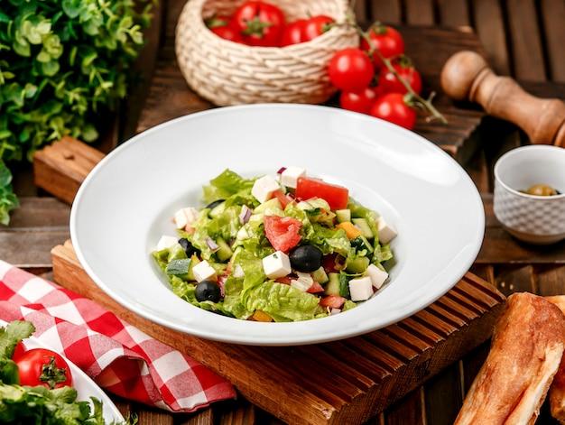Sałatka warzywna na stole