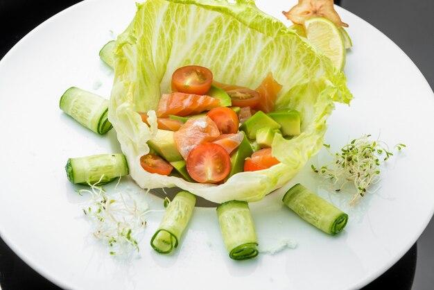 Sałatka warzywna z liści wędzonego łososia