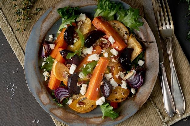 Sałatka wegetariańska sałatka serowa, pieczone pieczone warzywa, dieta ketogeniczna