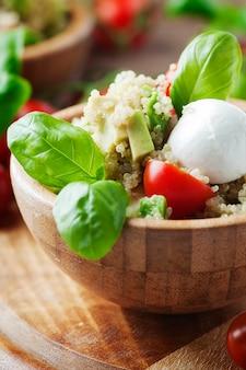 Sałatka wegetariańska z komosą ryżową, pomidorem i awokado, selektywna ostrość