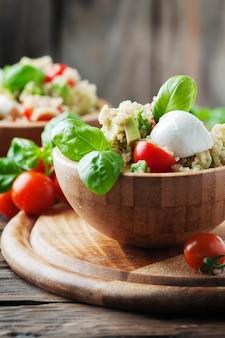 Sałatka wegetariańska z komosą ryżową, pomidorem i awokado