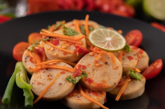 Sałatka wietnamska kiełbasa wieprzowa z chili, cytryną, czosnkiem, pomidorem