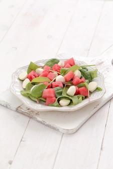 Sałatka z arbuza na białym talerzu